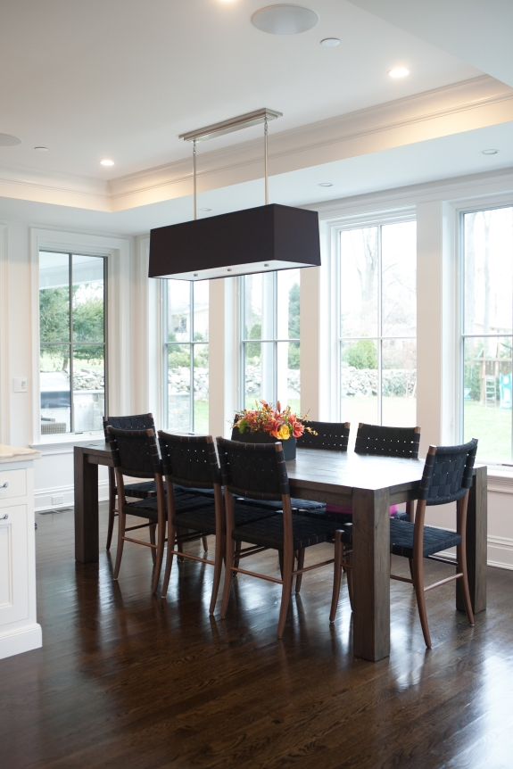 Black and white repeat in breakfast room.